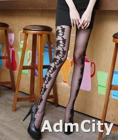 超彈性立體羽葉藤蔓花 透明褲襪. 羽葉藤蔓花設計一隻在腿前面, 另外一隻在腿側邊, 故意不對稱設計, 巴黎時尚最佳美腿款, 讓您走在時尚的尖端.