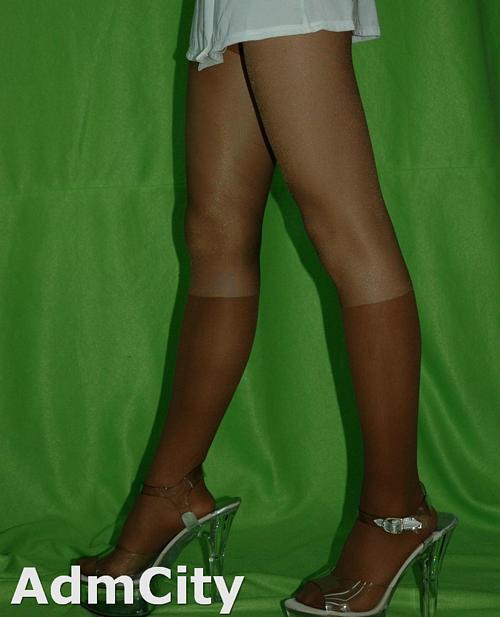 馬靴造型、假中統襪造型 超彈性明褲襪, 仿過膝高腳襪設計spandex彈性纖維雙色褲襪.嬌小身材尺寸設計.適合身高150到162公分.22到25英吋.臀圍32到35英吋.合身設計.