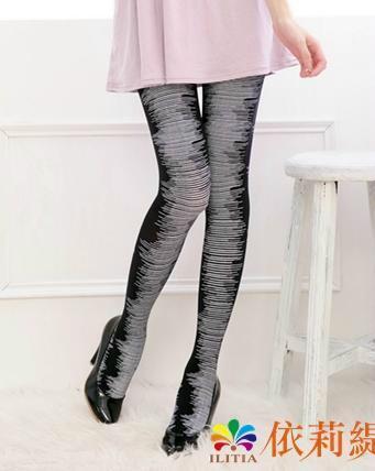 黑底白色直條紋超彈性纖維雷達波紋細條紋褲襪.合身設計款式.嬌小身材尺寸, 適合142公分到162公分,腰圍20到26英吋.臀圍:30-35英吋,體重30到45公斤