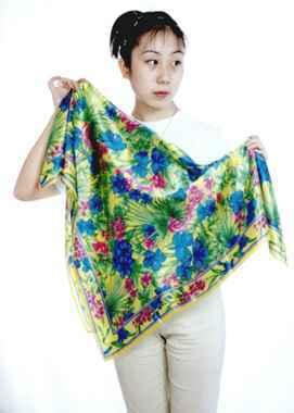 真絲絲巾. 材質: 100% 蚕絲素綢緞.  緞面蚕絲布--提供您好舒服的健康新選擇. 規格:90X90CM.